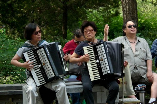 One of many groups of old people belting out tunes in Jingshan Park.